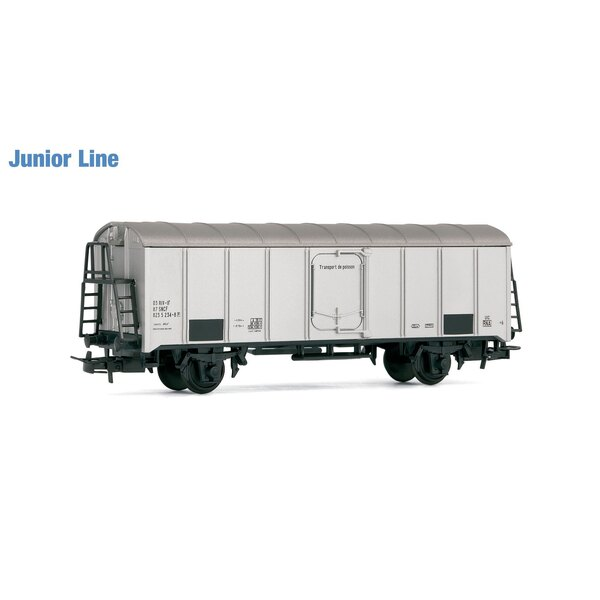 Refrigerator car with two axles